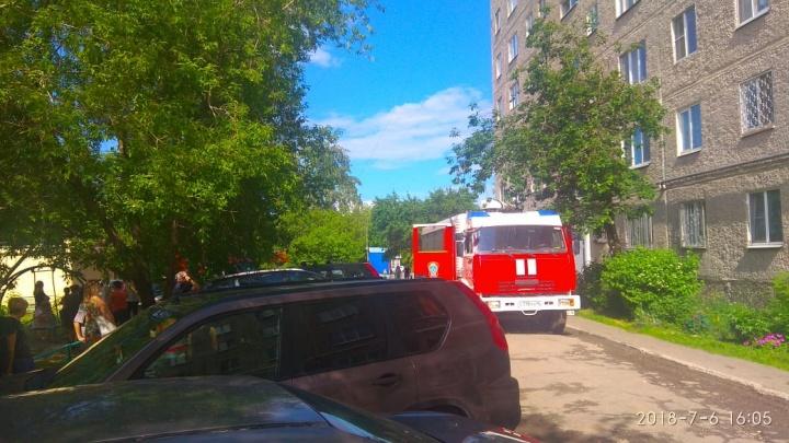 На Эльмаше эвакуировали жильцов подъезда из-за пожара, начавшегося в электрощитке