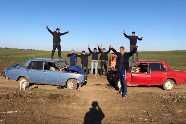 На фото — Евгений Чеботарев и его команда после выполнения трюка