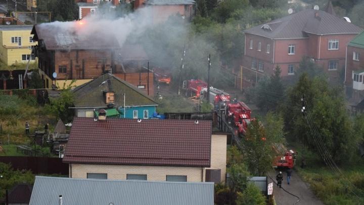 На Граничной загорелась крыша коттеджа. Соседи видели, как в него ударила молния