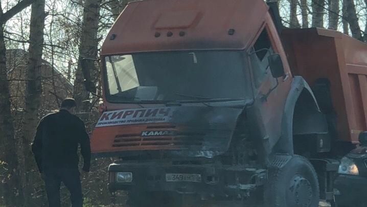 Грузовик загорелся после аварии на левом берегу — его тушили проезжавшие мимо водители