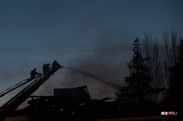 Огонь бушевал на площади 100 квадратных метров
