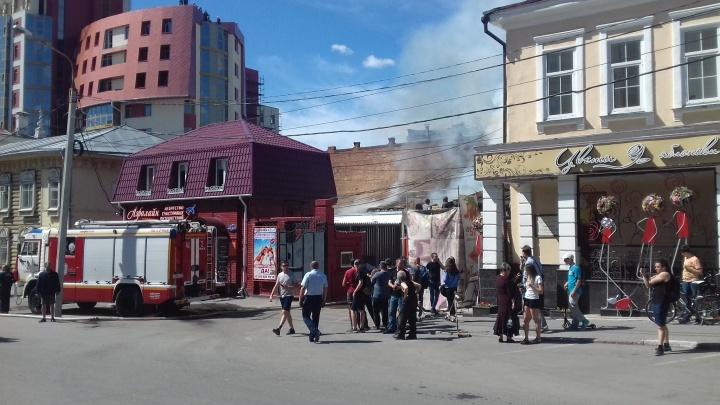 В Омске на улице Ленина загорелся цветочный магазин