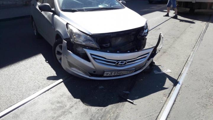«Бампер еле держится»: на Венцека Hyundai притер Lada и перекрыл путь трамваям