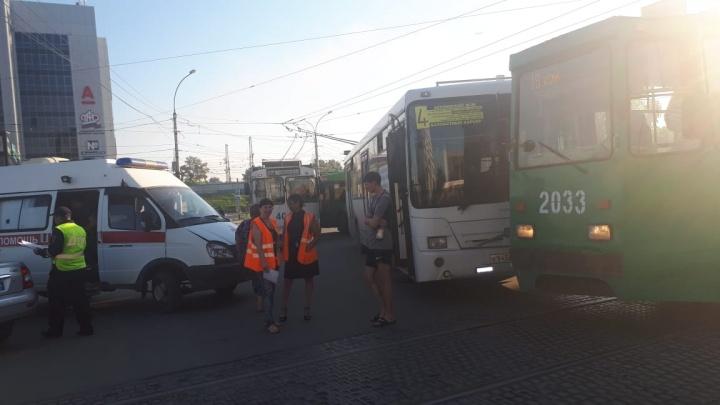 Автобус столкнулся с трамваем на площади Труда: пострадала женщина