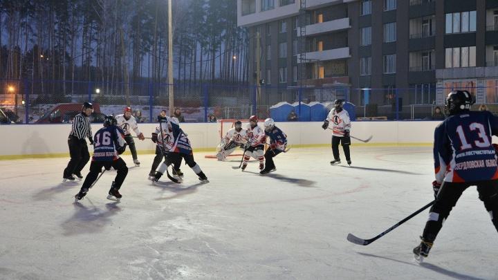 Как будто вернулись в советское детство: жители уральской многоэтажки вышли на необычный турнир по хоккею