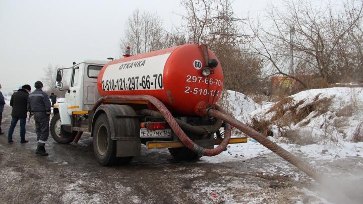 Спецмашины стали сливать нечистоты в поле у коттеджного поселка «Новалэнд»