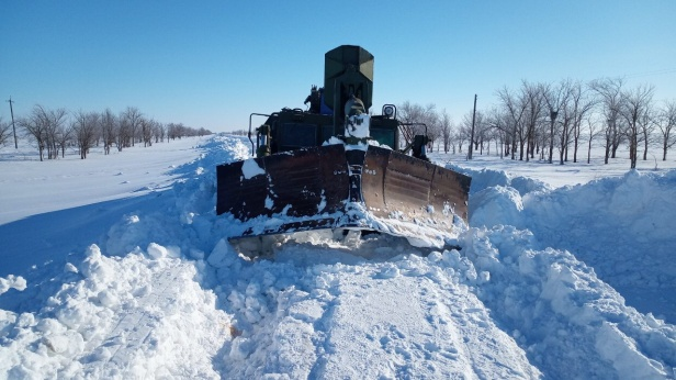 Военные на танках расчистили от сугробов больше 200 километров волгоградских дорог