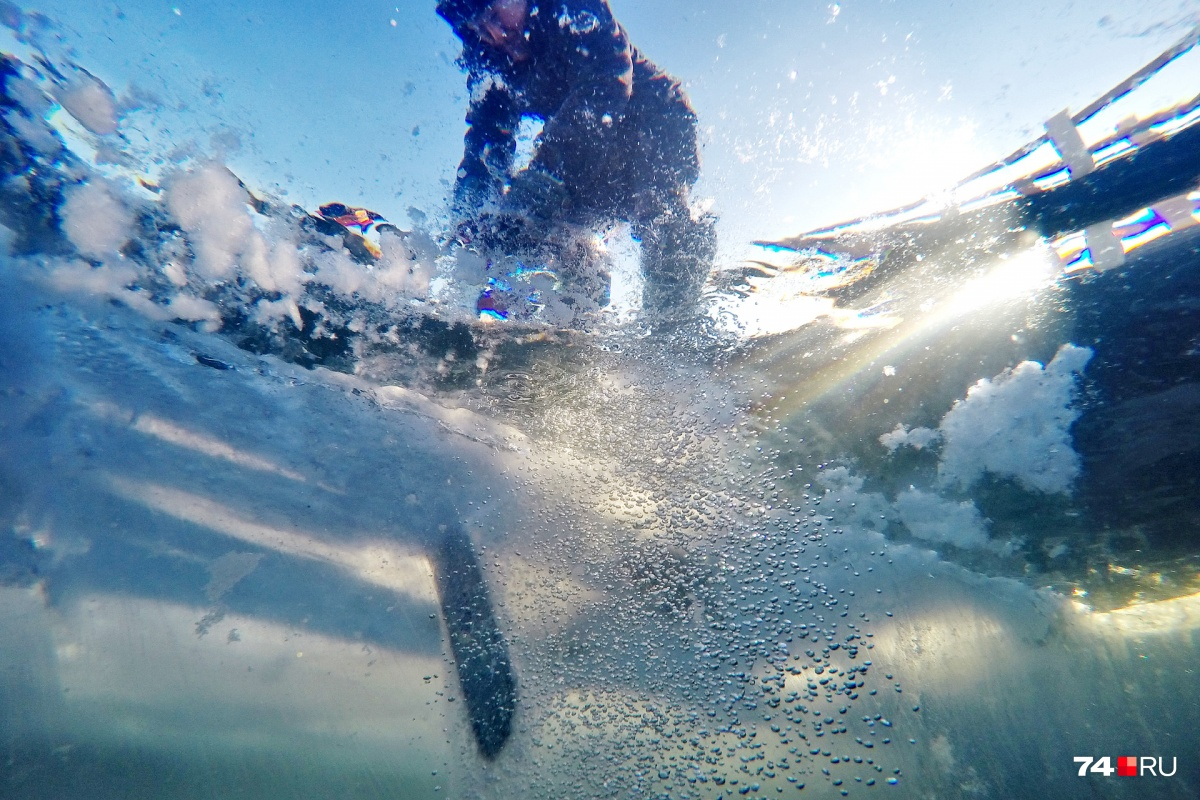 Лёд разрезают с помощью бензопилы