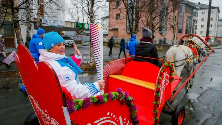 Бегом и в конной повозке: как по улицам Архангельска несли огонь Универсиады