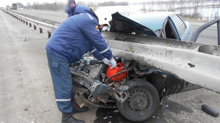 В Ростовской области «десятка» врезалась в отбойник
