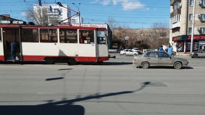 «Прокатилась кубарем по салону»: в ДТП с трамваем в Челябинске пострадала кондуктор