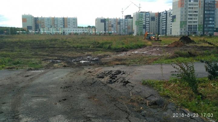 Стоянка или шаурмячная? В Челябинске на участок, отведённый под школу, завели строительную технику