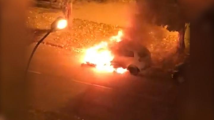 «Мы слышали взрыв»: в Тольятти ночью сгорела иномарка