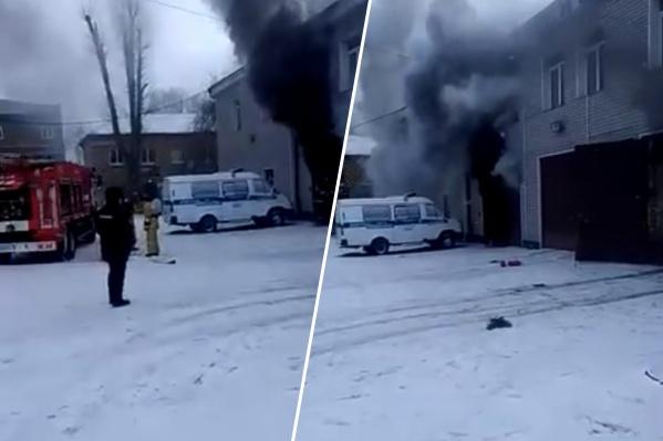 Из гаража валил черный дым