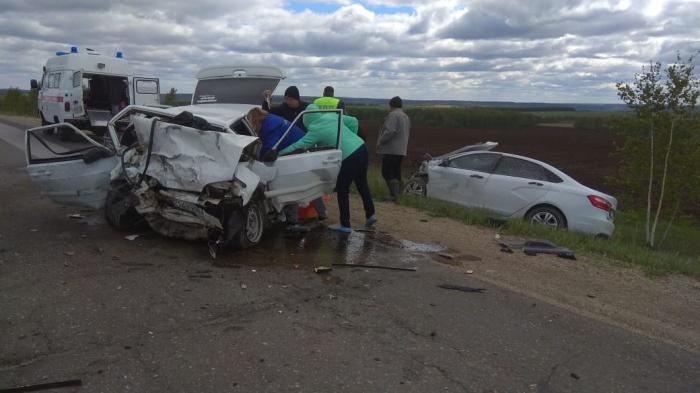 Сотрудники ГИБДД выясняют обстоятельства аварии