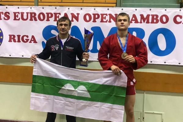 Данил Лаврентьев тренируется под руководством своего отца