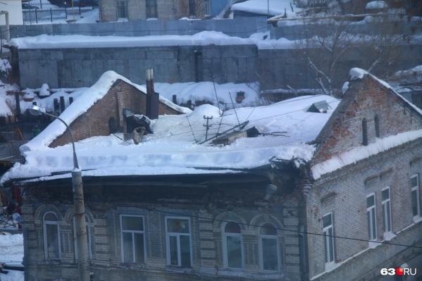 Крыша жилого дома, где жили шесть семей, провалилась внутрь