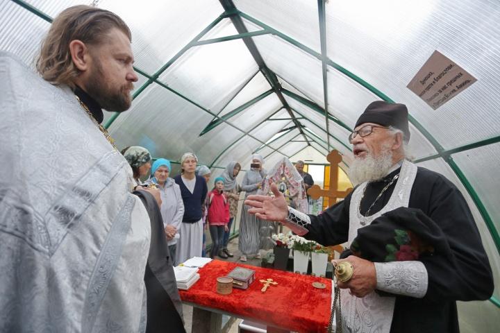 А посланника епископа Пармена — отца Дмитрия из Верхней Санарки (слева) — буквально выгнали с погоста
