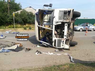 Автобус с пассажирами опрокинулся в Минусинске. Пока известно о 8 пострадавших