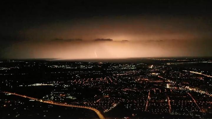 «Волгоград в мгновенье осветился, через секунду — ночь»: Александр Блинков снял с высоты грозу