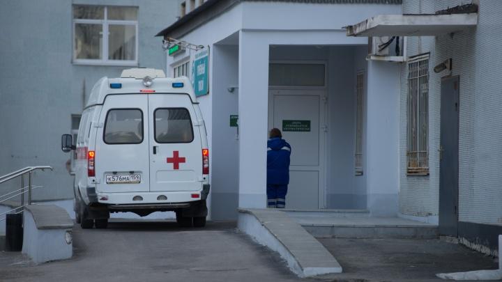 На Уралмаше пьяный мужчина избил медика, который приехал к его больной жене