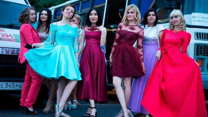 «Нет, не принцесса! Королевна!»: угадываем стоимость платьев для выпускниц