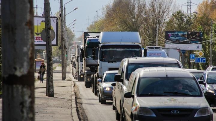 В центре Ростова недалеко от набережной перевернулся автомобиль