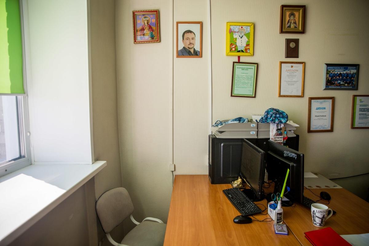 В ординаторской висит портрет хирурга — над столом, где он работал