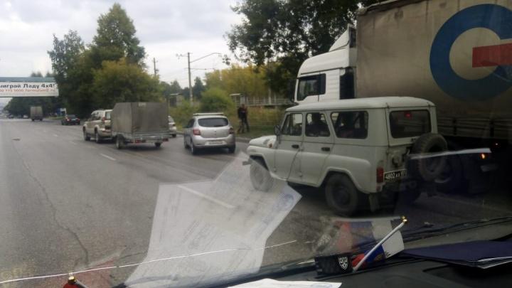 ДТП с грузовиком перекрыло движение на Бердском шоссе