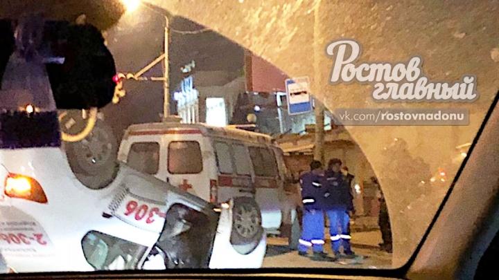 На улице Менжинского перевернулось такси