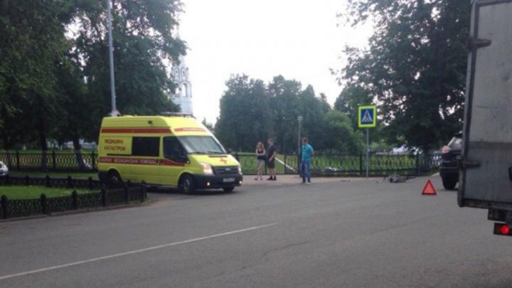 Мужчину увезли без сознания: в Ярославле возле Вечного огня сбили велосипедиста