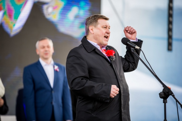 Анатолий Локоть рад поддержке горожан, а ещё раньше он заручился поддержкой губернатора Андрея Травникова (на заднем плане)