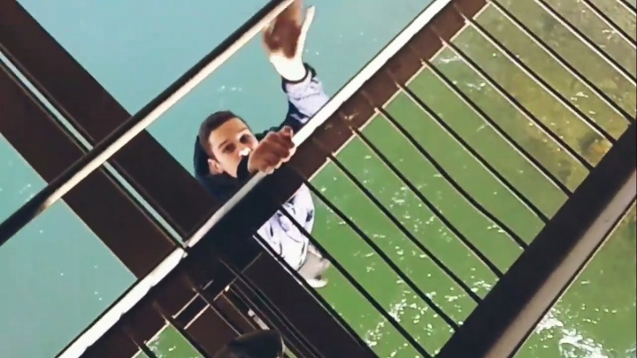 Ради лайков подросток повис над пропастью под Октябрьским мостом