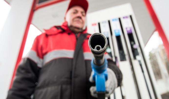 «Такого не было на моей памяти»: на некоторых заправках Екатеринбурга упала цена на бензин