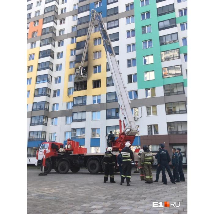 Пожарные поднялись на уровень квартиры, чтобы потушить ее