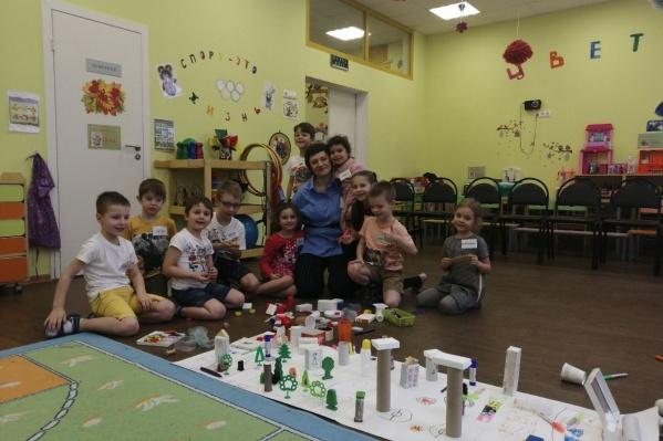 Наталья в окружении воспитанников