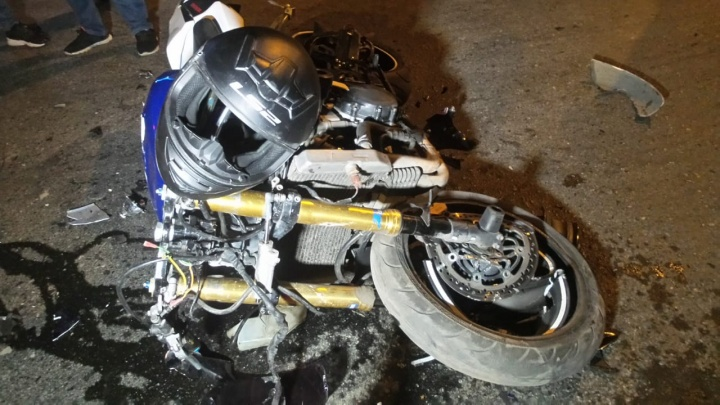 Осколки мотоцикла разлетелись по дороге: на Вторчермете водитель Nissan не уступил дорогу байкеру