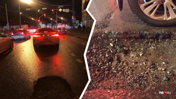 «Иметь такую дыру стыдно»: в центре Ярославля автомобилисты гнут диски на яме с острыми краями
