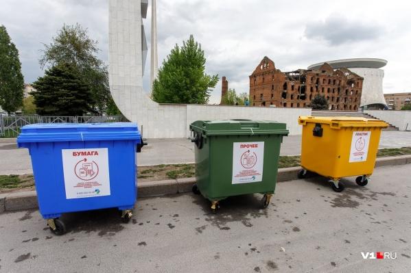 Контейнеры под отходы поставили в самых неожиданных местах