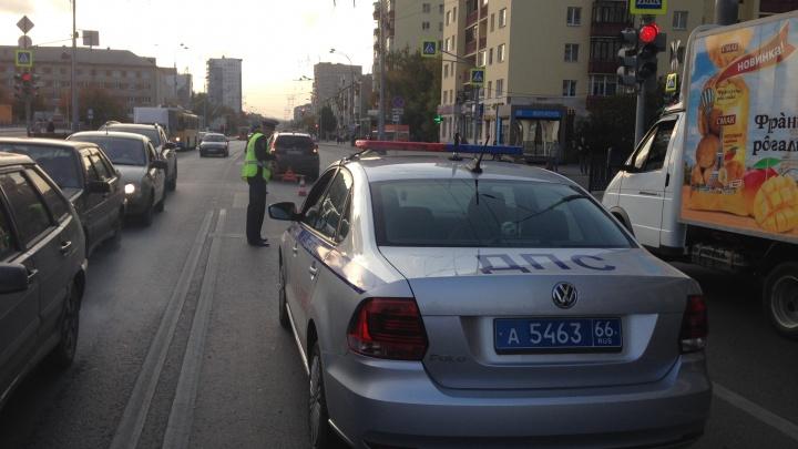 В Екатеринбурге два мальчика выбежали на дорогу и попали под колёса — у одного сломан позвоночник