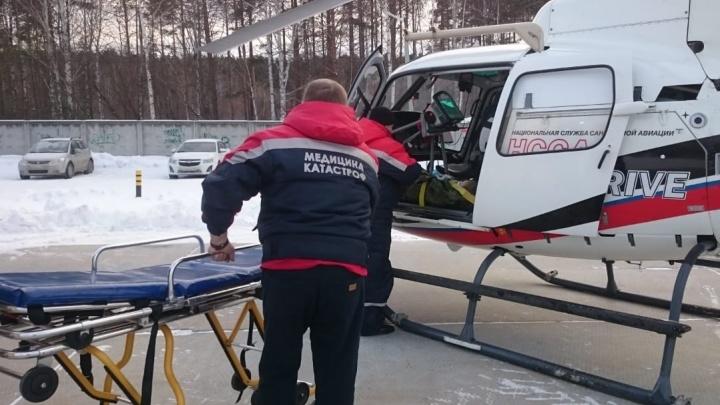 В екатеринбургскую больницу на вертолете доставили двухлетнюю малышку с острой пневмонией
