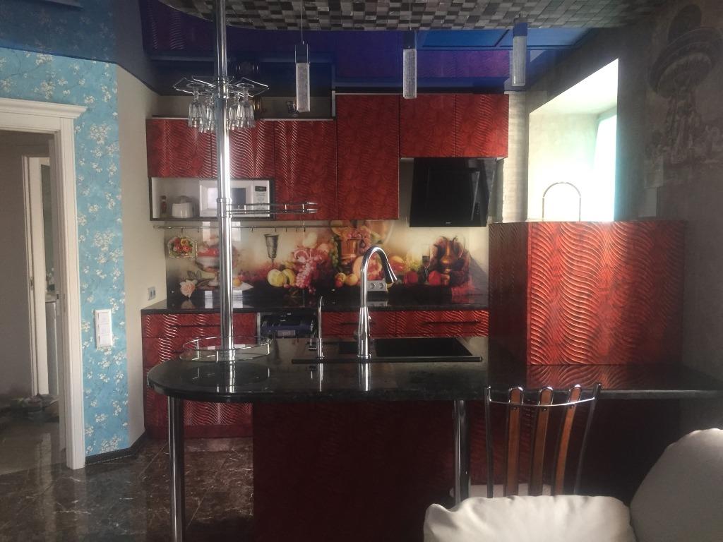 Кухня выделяется стилем из классического интерьера квартиры