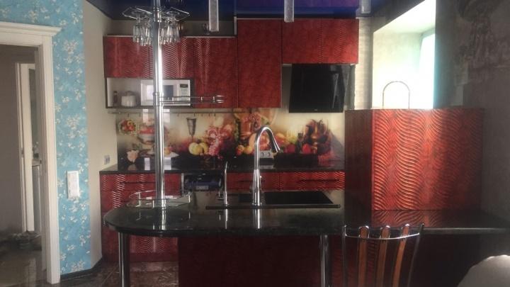 Будуар на Автогенной: в Новосибирске продают квартиру с портретами королев и маркиз на потолке