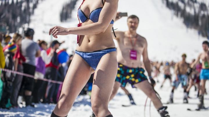 Девушки в снегу: сотни сибирских красавиц в бикини собрались на горе в Шерегеше