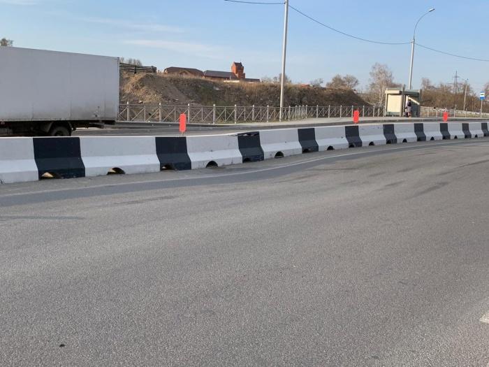 На фотографии видны следы и царапины — их оставляют машины, которые задевают асфальт днищем