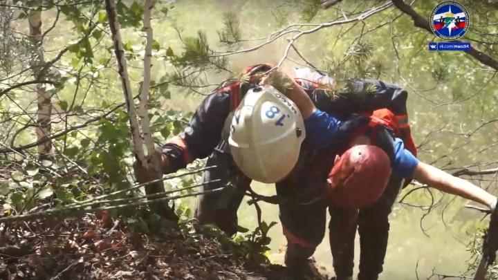 Спасатели достали двух подростков из глубокого карьера