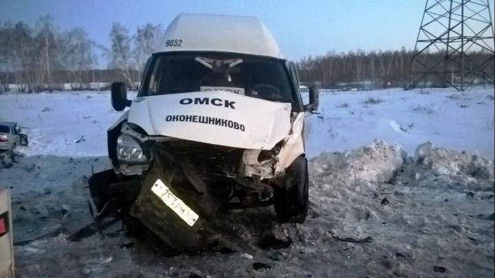 В Омске шесть человек пострадали при столкновении маршрутки и ВАЗа