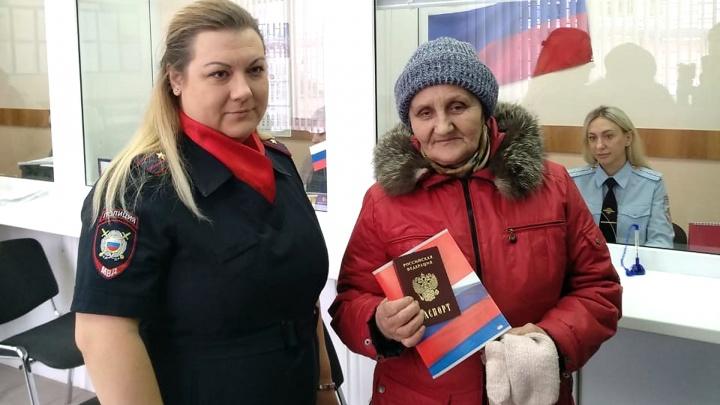 Омская пенсионерка получила новый паспорт взамен выданного 30 лет назад в СССР