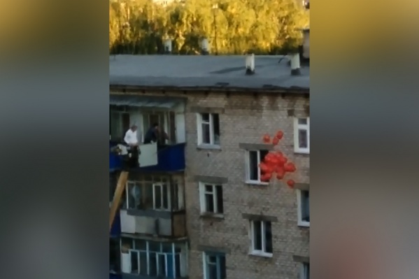 Девушка явно не ожидала, что в окно балкона к ней могут прийти гости