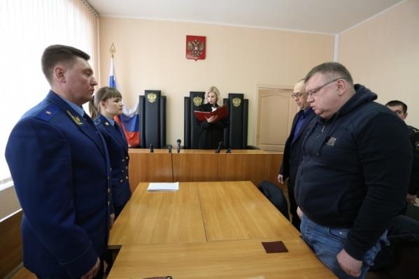 Сергей Мануйлов (справа) пришёл на приговор с вещами для СИЗО, но судья оставила его на свободе